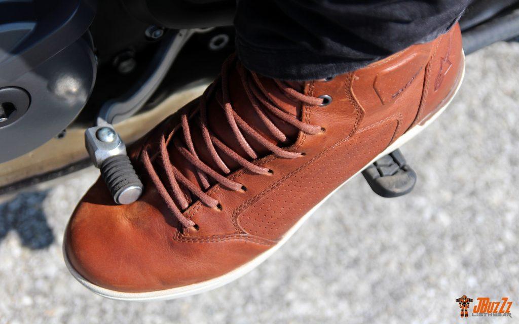 Aïe ! Pas de renfort sélecteur sur les baskets Alpinestars J-Cult… La durée de vie de la chaussure en pâtira.