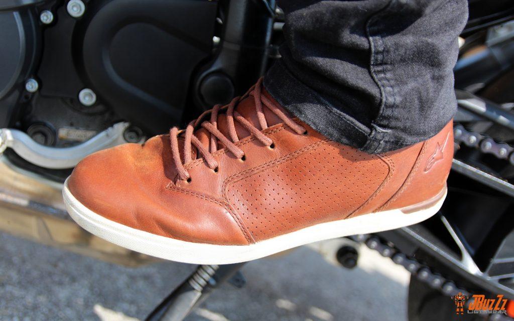 Une fois dissimulées sous un jean motard, les baskets Alpinestars J-Cult Drystar deviennent d'élégantes baskets. Beau travail !
