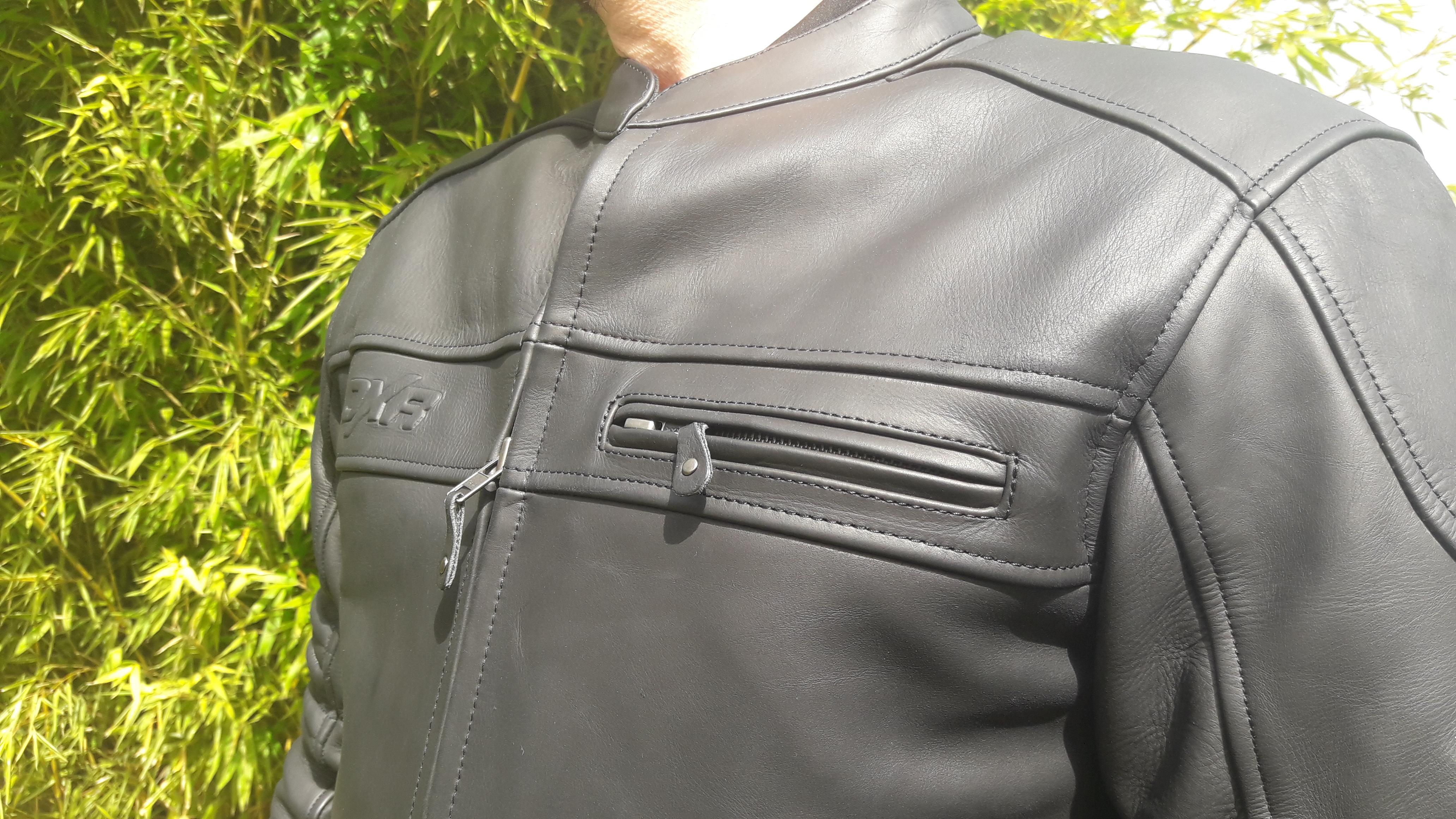 Travail en détails sur le blouson en cuir DXR DEAN