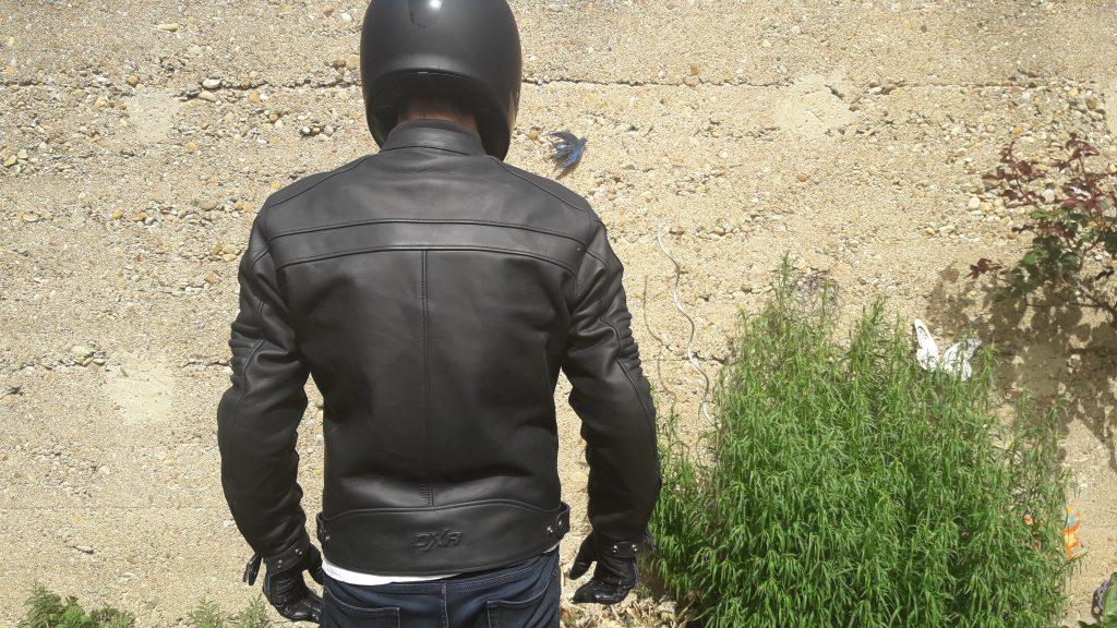 La dorsale en place, le confort reste bon grâce à la coupe régular du blouson en cuir DXR DEAN