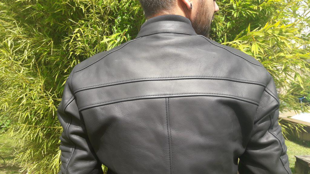 Empiècements impeccables, design réussi, mode beau gosse activé avec le blouson en cuir DXR DEAN