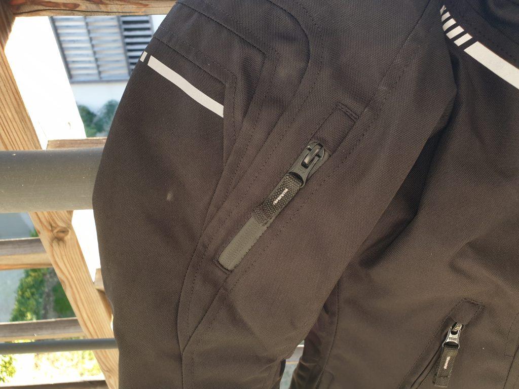 Zoom sur les zips d'aération, et les bandes réfléchissantes sur les manches du blouson DXR Julia CE.