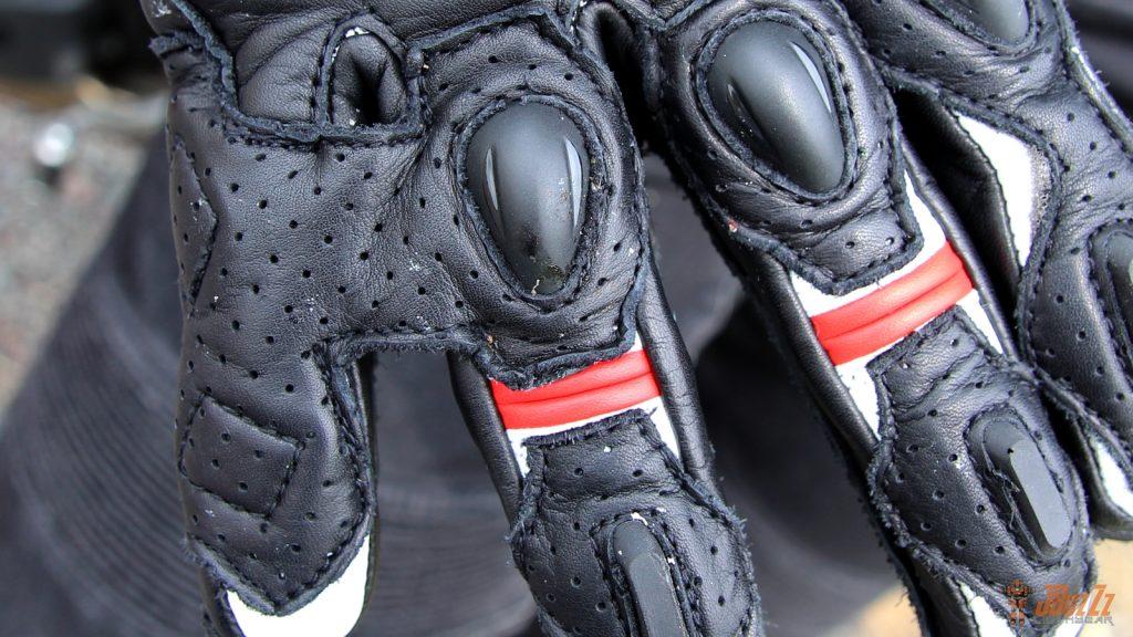 Racing jusqu'aux bouts des doigts, les Curbstones CE disposent d'un lien entre l'annulaire et l'auriculaire.