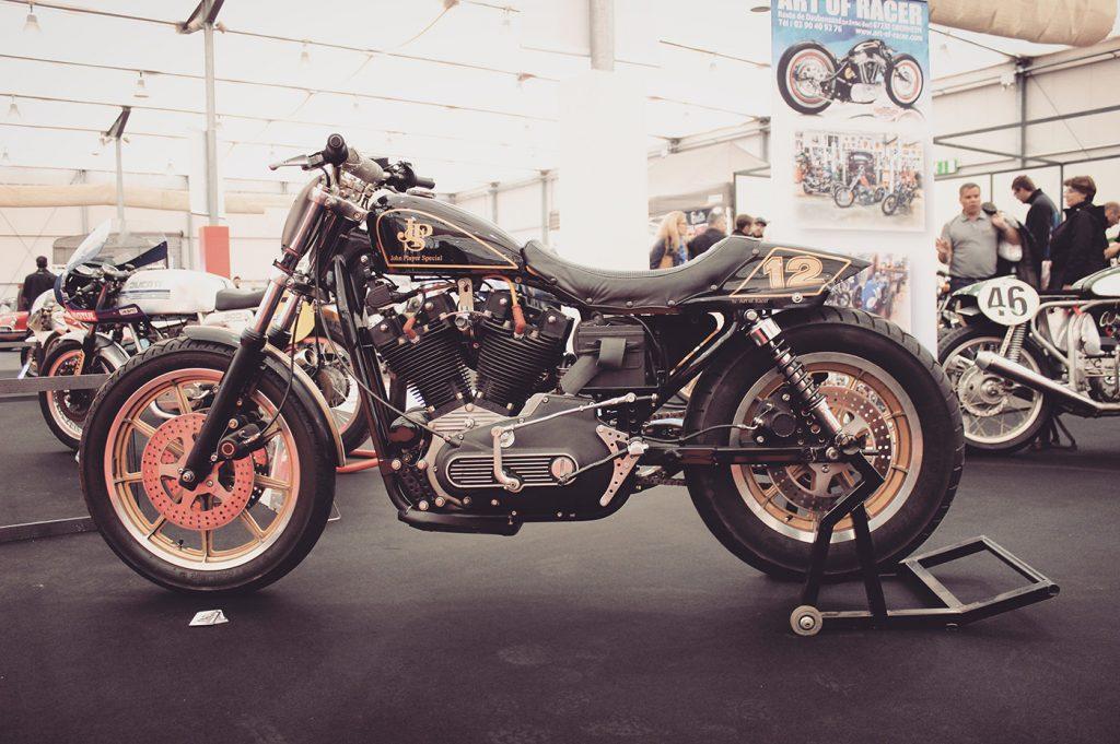 une Harley-Davidson aux couleurs de la marque JPS customisée par Art of Racer, de joyeux lurons fans de motos et d'autos hors du commun