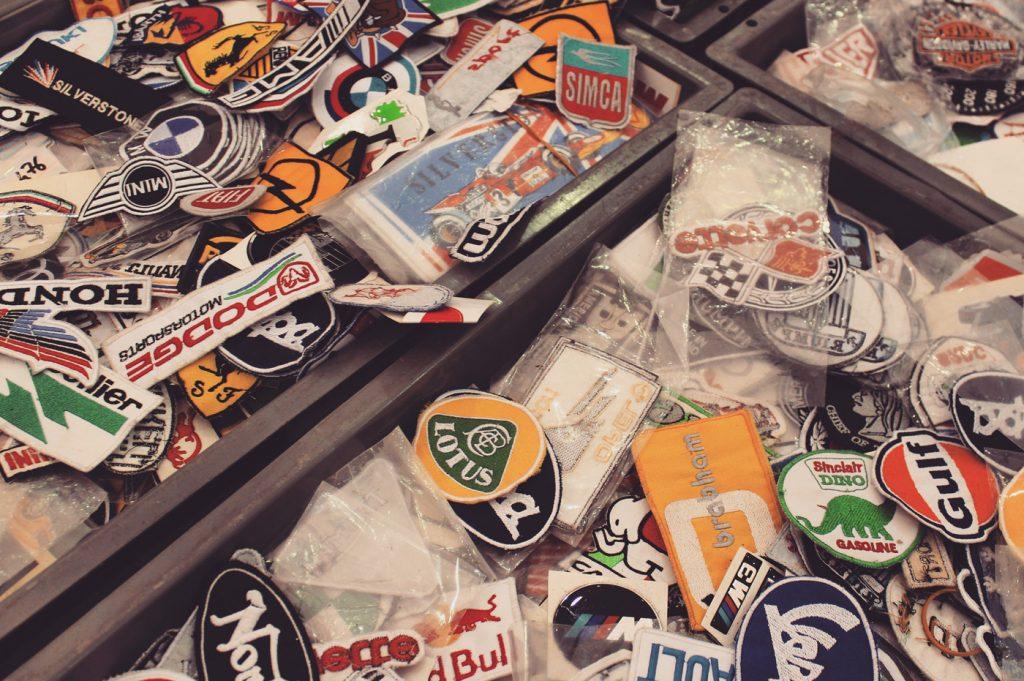 Il y a également de nombreux commerçants qui vendent des goodies auto/moto de collection comme des miniatures, des plaques métal de marques diverses
