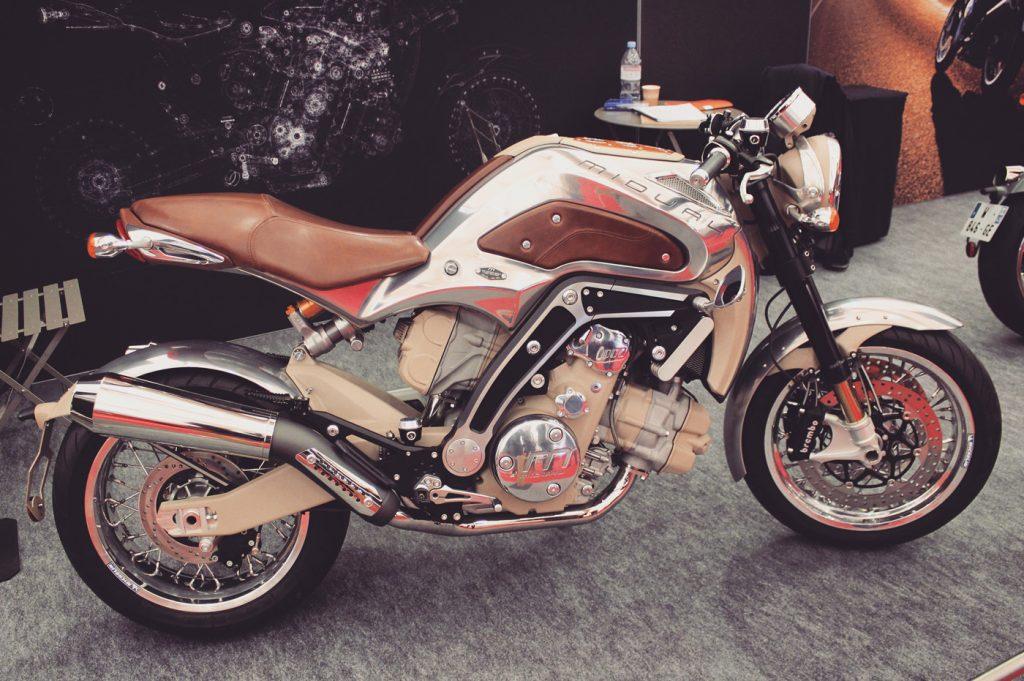 Une moto chromée et un nom gravé sur le réservoir : MIDUAL.