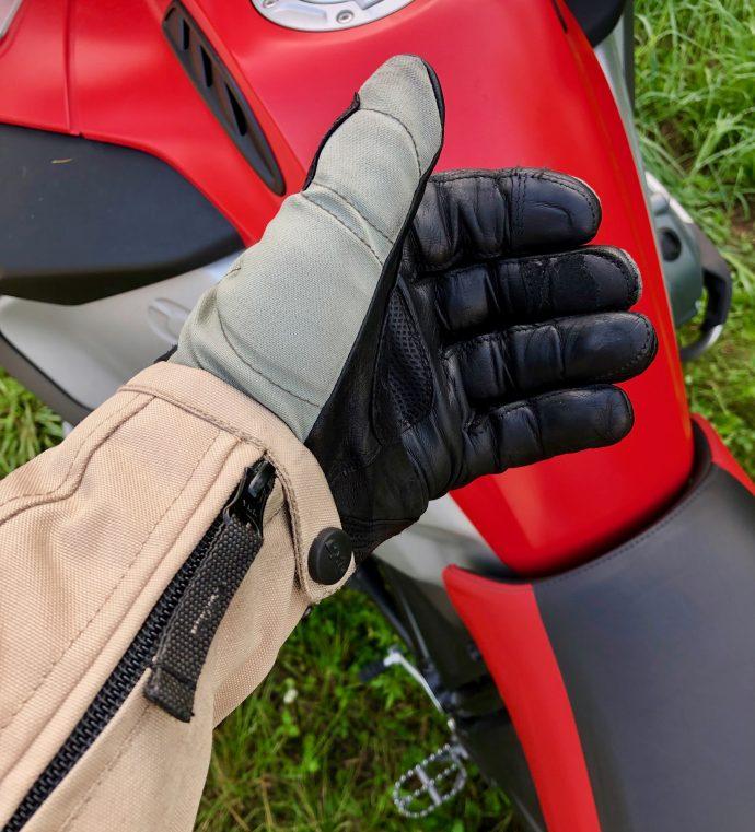 zip avec tirette pour ouverture des manches sur blouson DXR R-Stroke