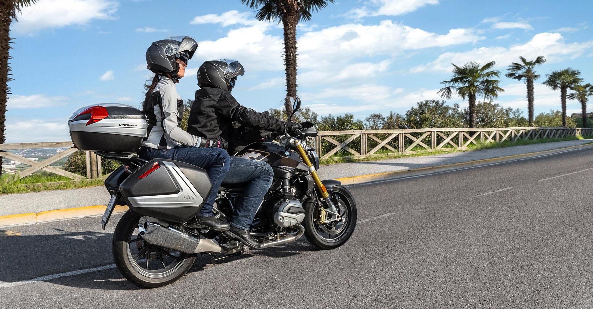Moto avec valises et top case