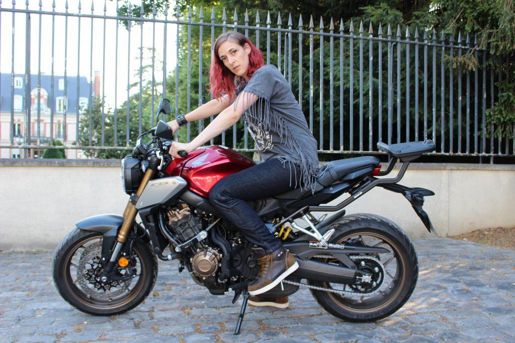 Jean moto DXR Karen en position assise sur la moto