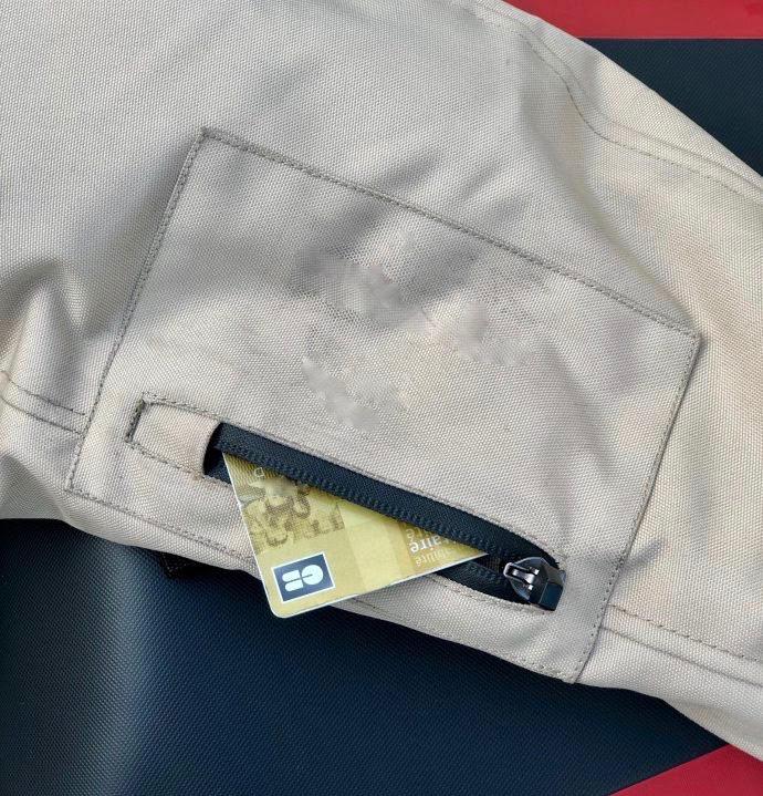 Poche zippée sur manche du blouson DXR R-Stroke