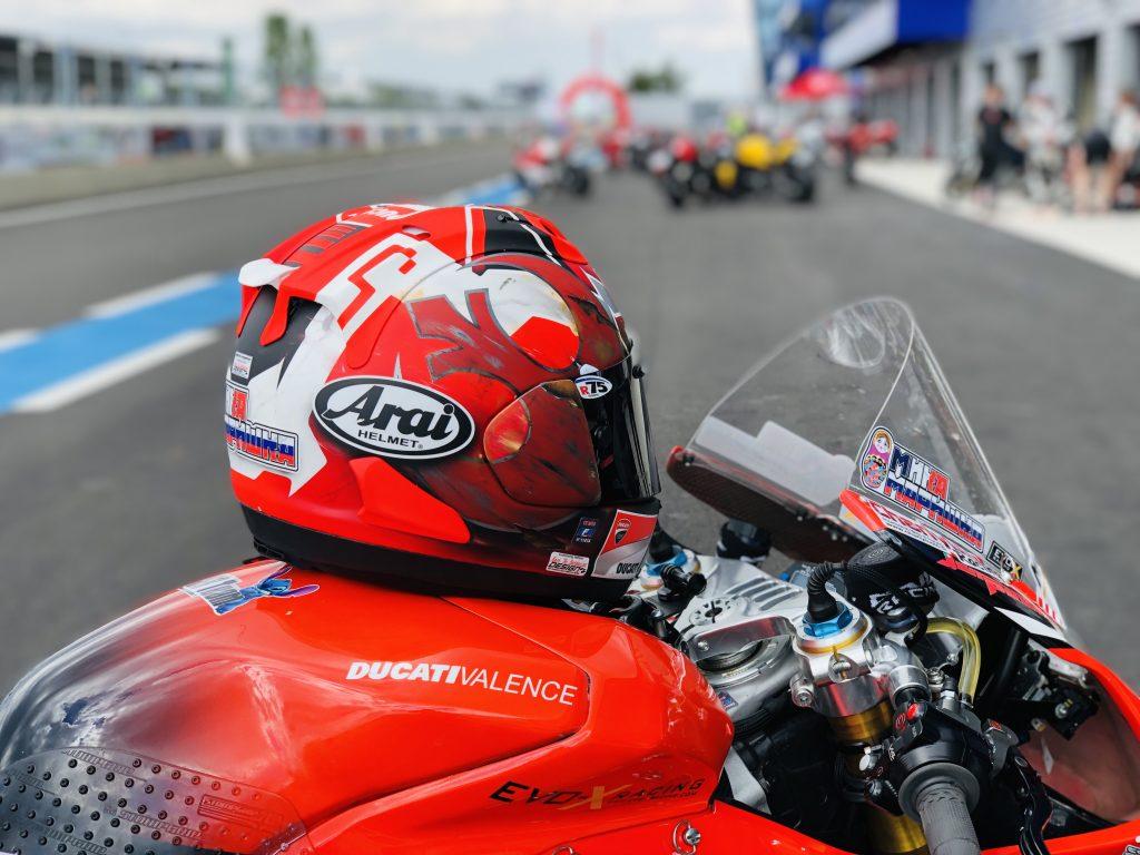 Casque Arai RX7-V à l'essai avec Mika Giron