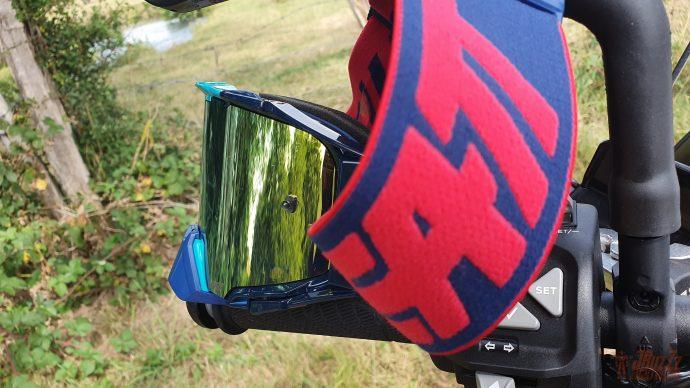 La lentille est traitée anti-buée et certifiée à l'épreuve des balles (Oui oui !).