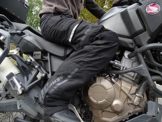 pantalon textile bering california en position de conduite