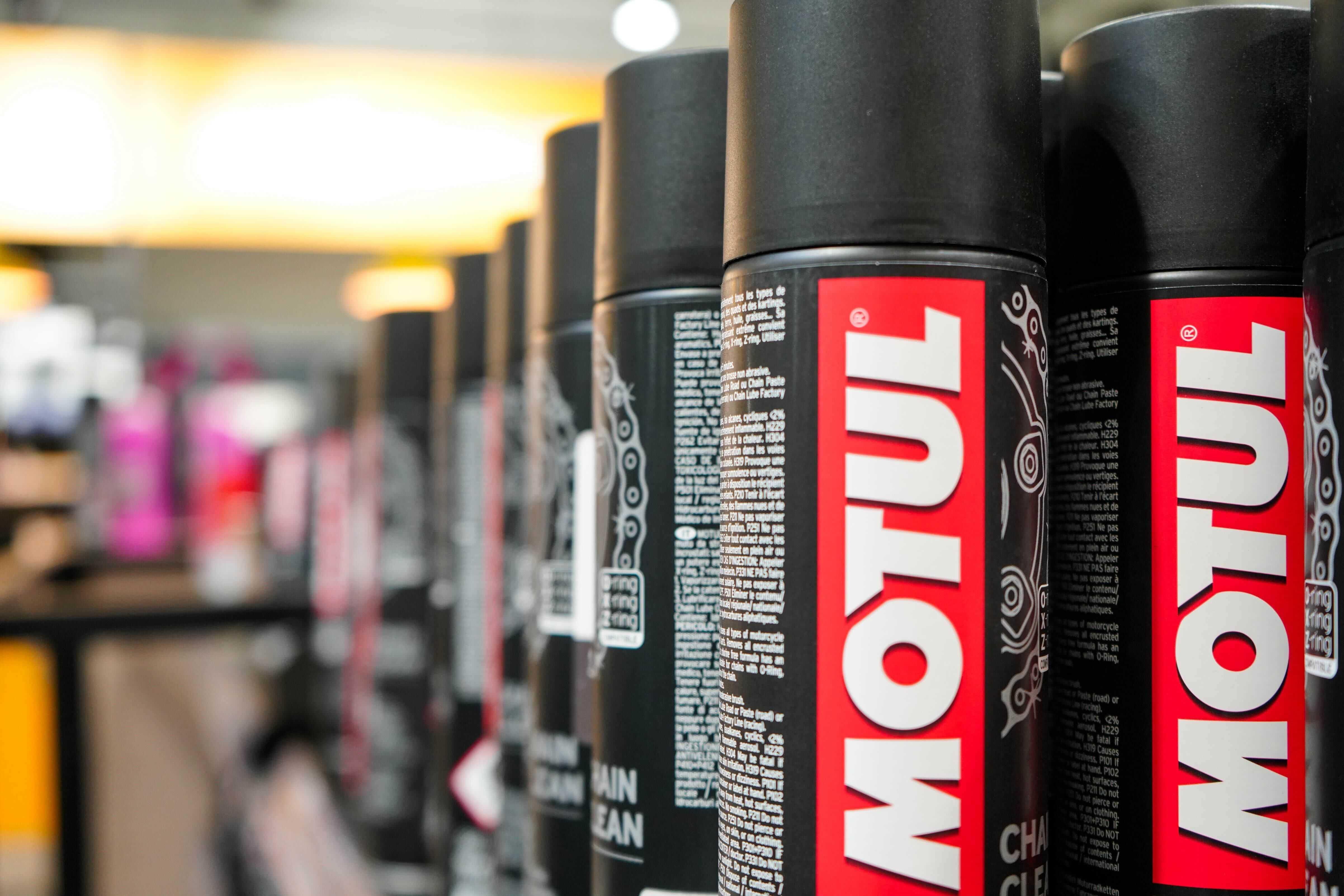 Des lubrifiants pour chaîne moto