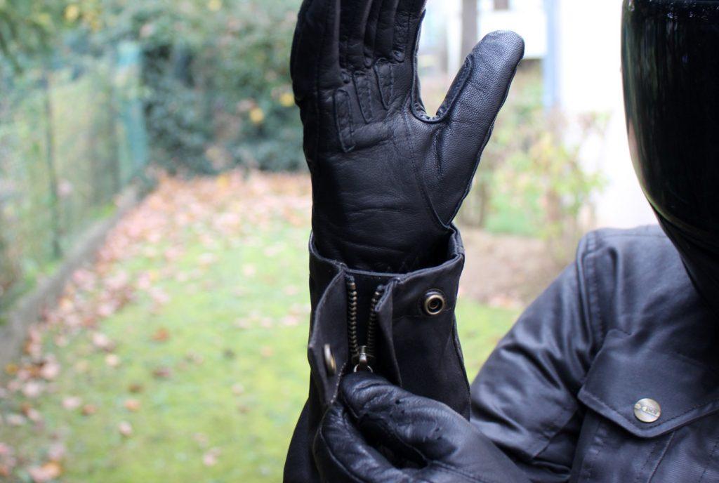 L'air froid n'est pas passé par les manches grâce aux fermetures éclair et aux boutons pression à chaque bout de manche qui permettent d'ajuster la fermeture directement sur le gant et d'éviter la sensation désagréable du vent froid qui s'engouffre par cet endroit.