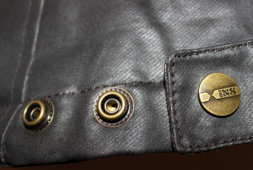 Vous avez aussi la possibilité de resserrer la veste au niveau des hanches grâce à trois boutons de pression.