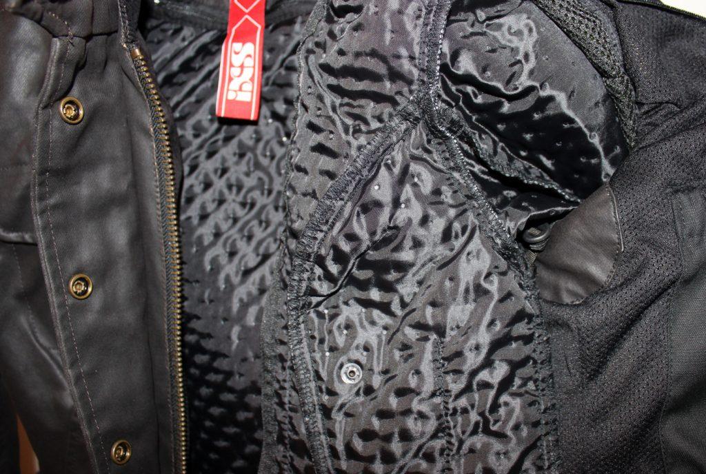 La doublure thermique matelassée amovible est chaude. C'est une veste toute saison toute comme ma première IXS, il suffit en été d'enlever la doublure thermique pour ne pas mourir de chaud.