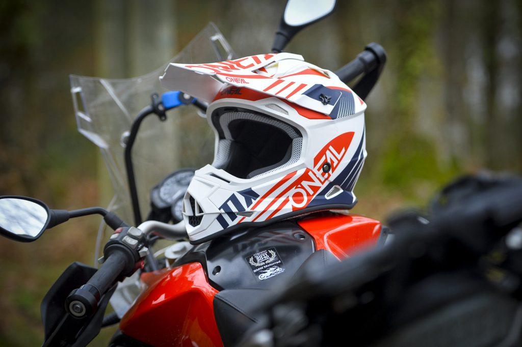 Casco de moto colocado sobre el depósito