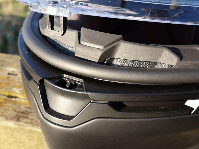 système de verrouillage propre à AGV sur son casque K6
