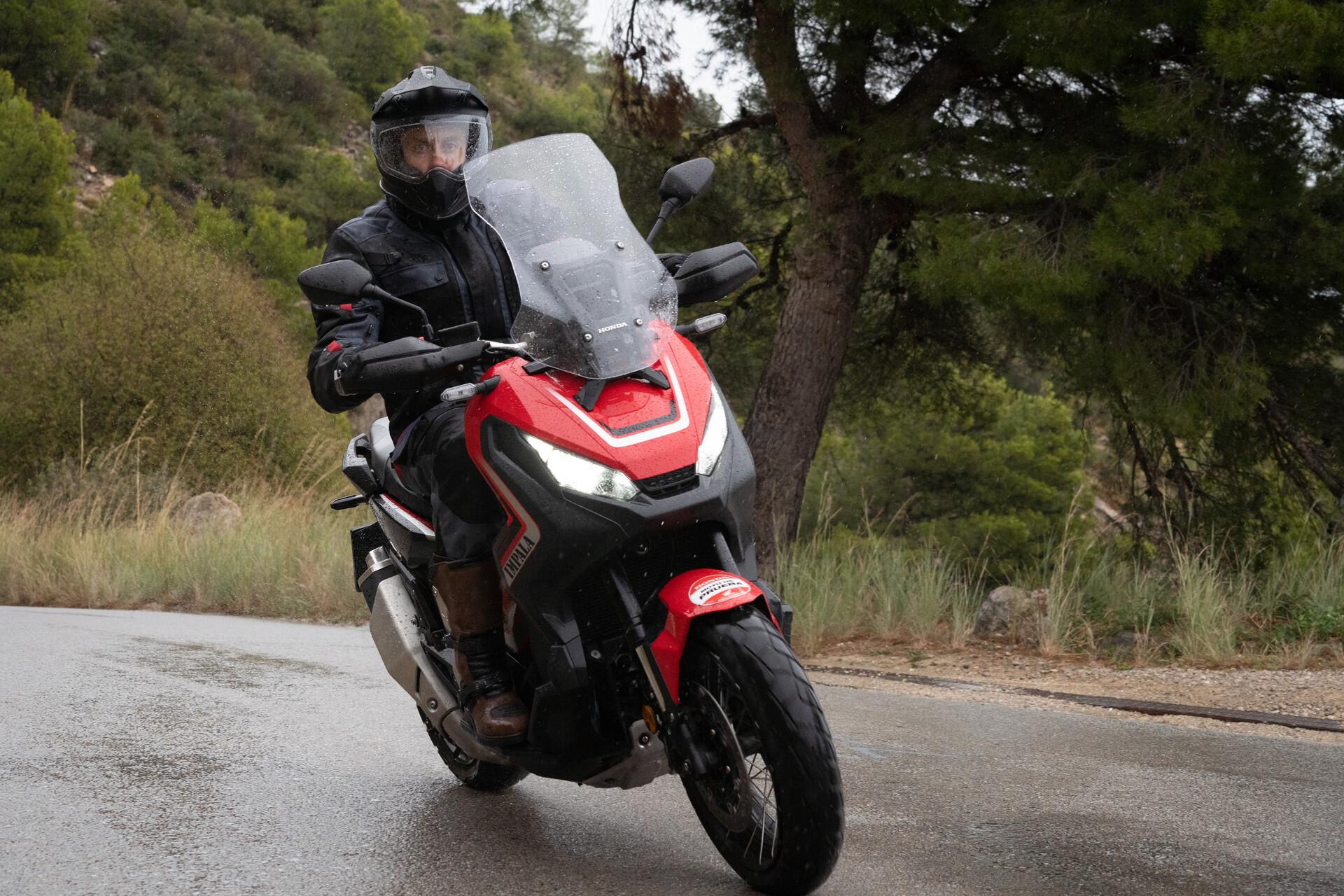scooter Honda X-Adv sous la pluie