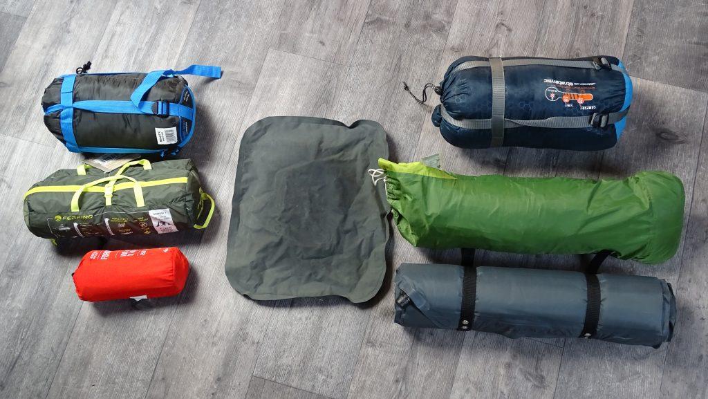 Deux types de matériel de camping, compact, léger et cher, ou économique, lourd et volumineux