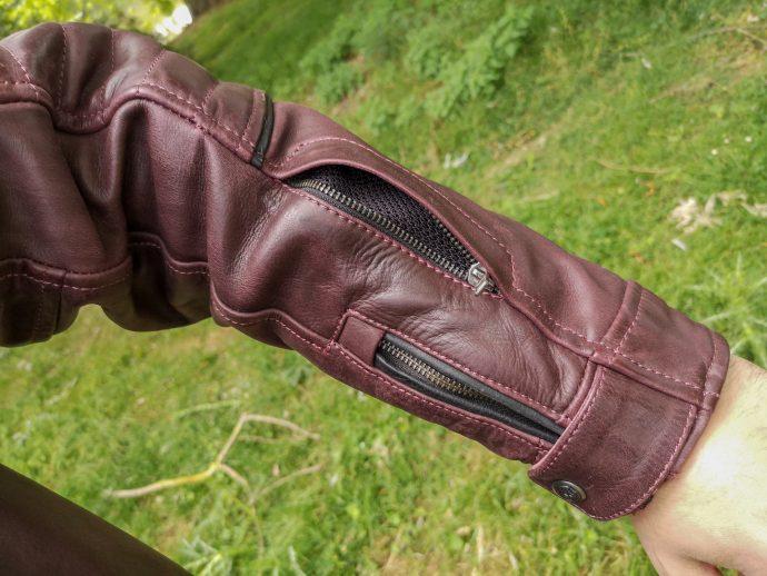 poche zippée sur le bras gauche du blouson DXR Dagor