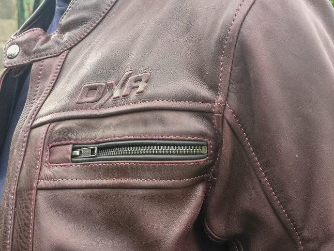 poches poitrine sur le blouson de cuir DXR