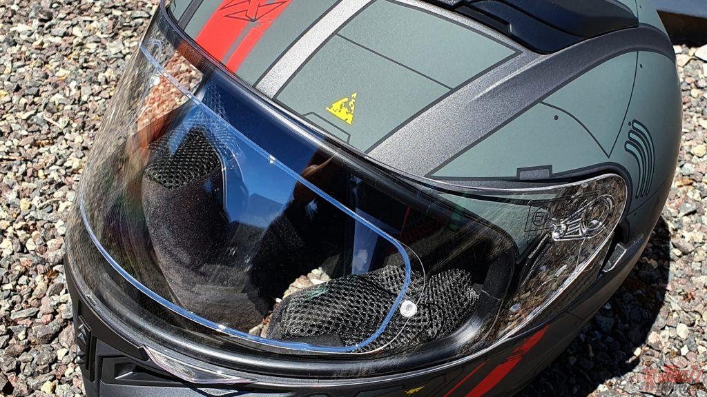 La lentille Pinlock est fourni d'origine et le Proton dispose d'un écran solaire rétractable.