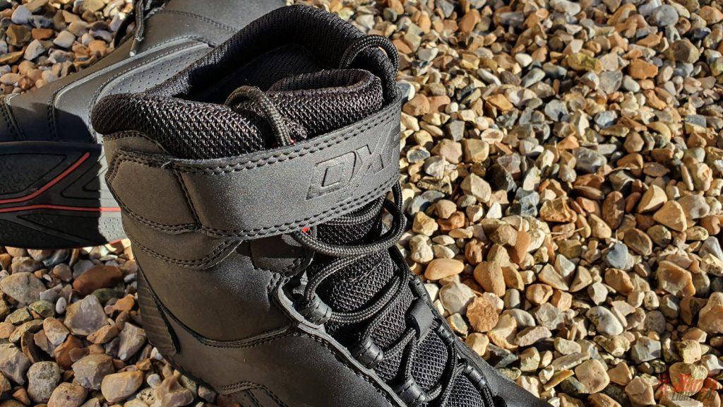 La bande scratchée vient sécuriser le serrage de la chaussure. Elle reprend le logo de la marque.