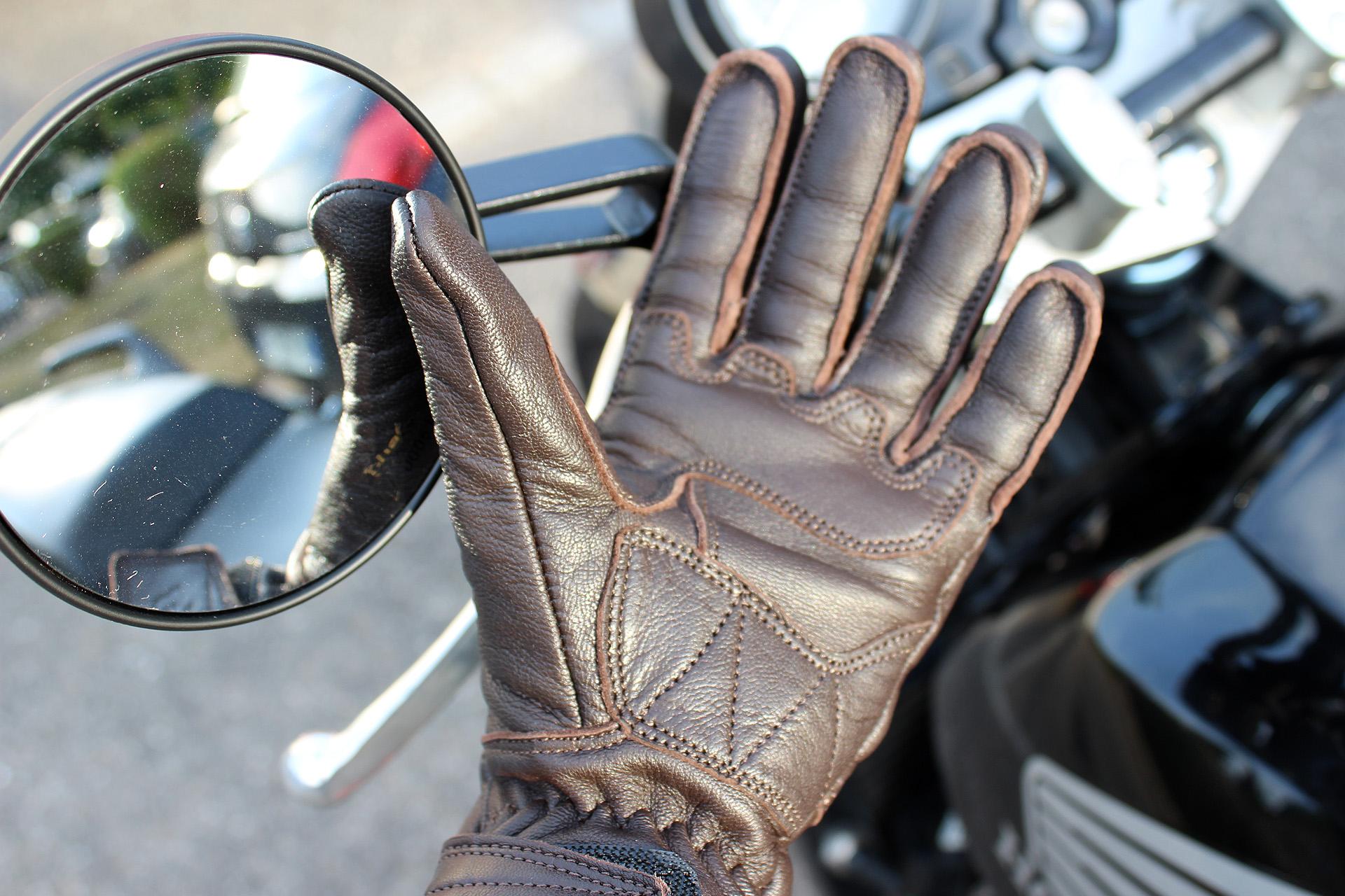 surpiqûres et finitions des gants DXR Lady Claymore