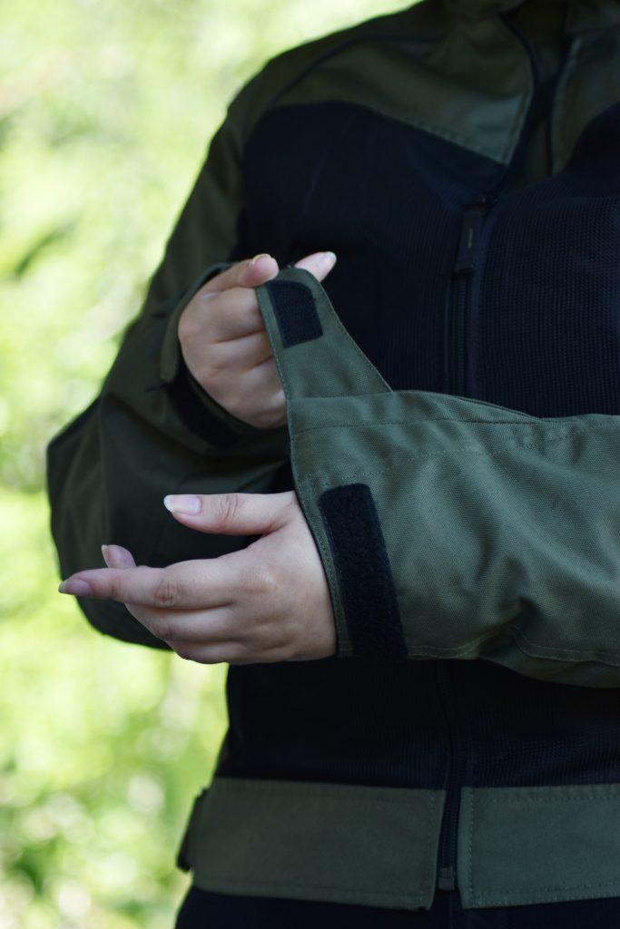 Pattes de serrage au niveau des poignets