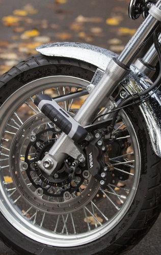 Un U verrouillant une fourche de moto