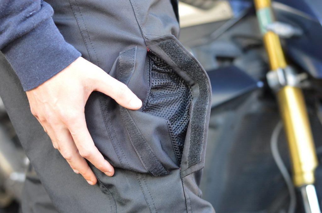 nombreuses poches et aérations pour le pantalon DXR
