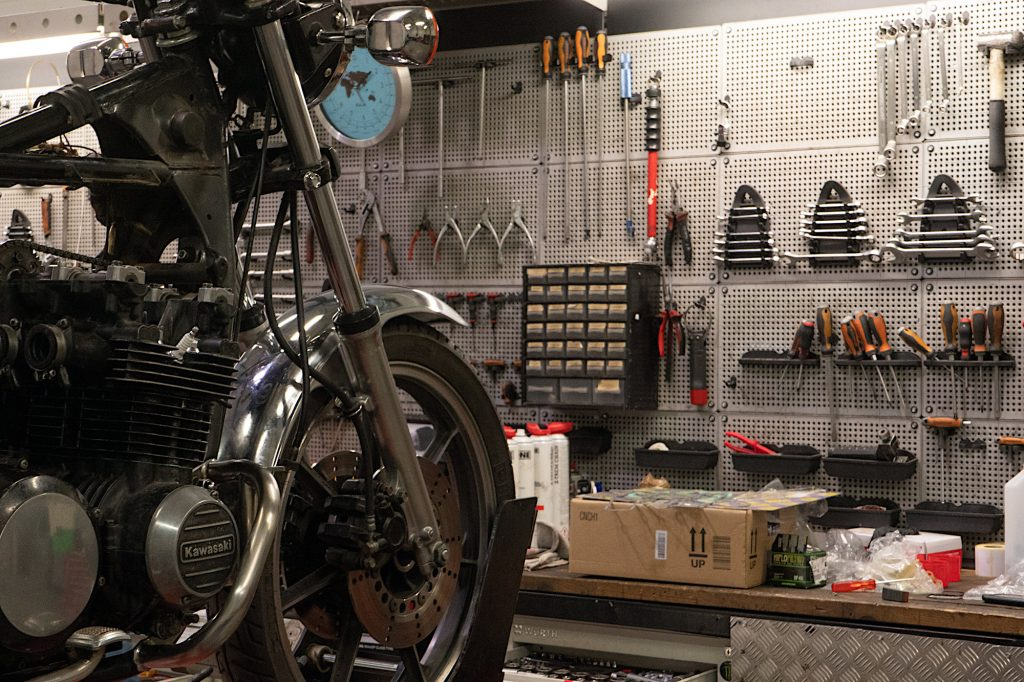 Moto en restauration dans un atelier