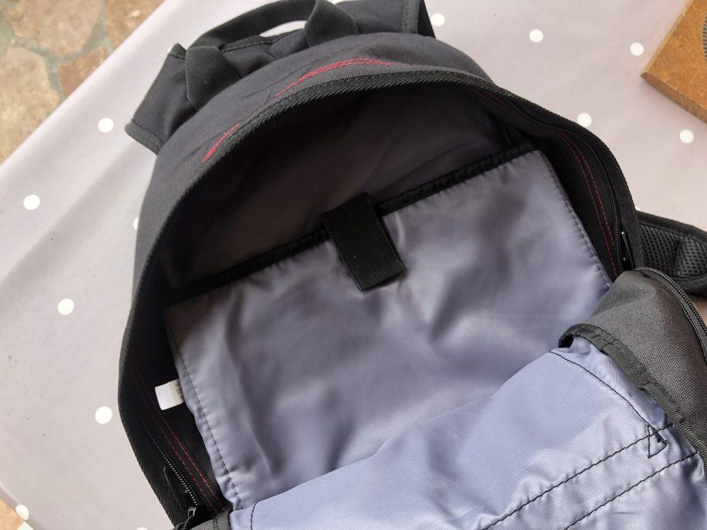 DXR Joe – Les rangements disponibles, l'emplacement pour ordinateur portable