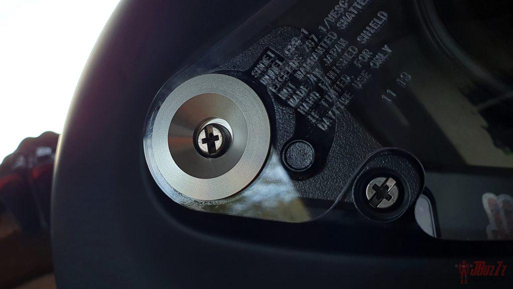 Système de démontage de la visière «à l'ancienne»! Il nécessite un tournevis mais les éléments sont de bonne facture.