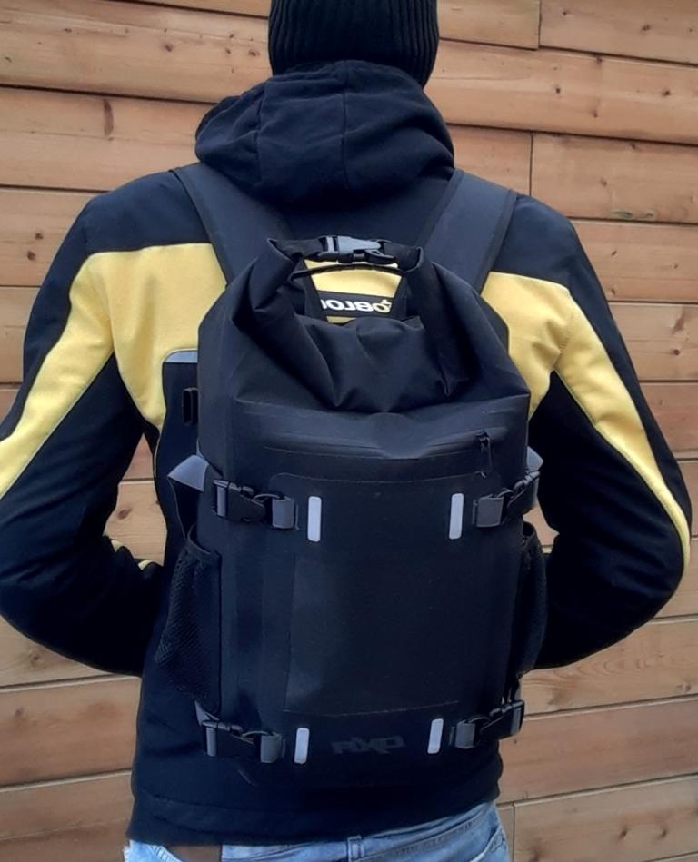 En mode sac à dos, la sacoche de réservoir DXR Safari se veut très confortable