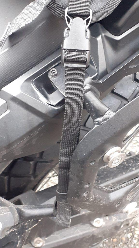 Pour maintenir le support, deux autres lanières peuvent être fixées sur la moto