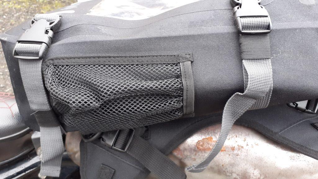 Quatre lanières latérales permettent d'ajuster la hauteur de la sacoche de réservoir DXR Safari en fonction du contenu