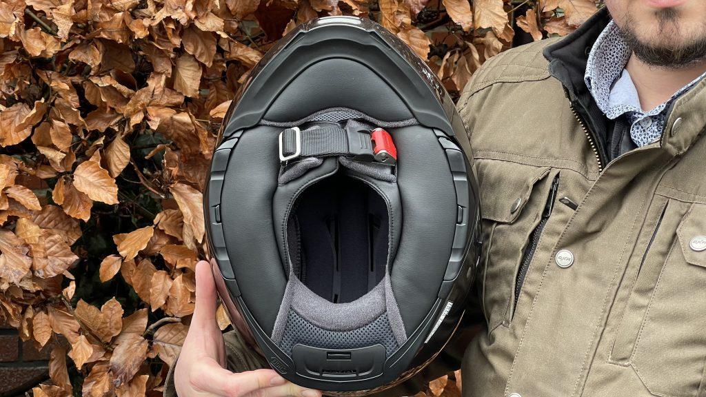La tête bien enveloppée dans le casque Shoei NeoTec 2