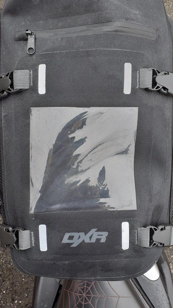 Vue supérieure de la sacoche de selle DXR Safari, l'accès à la poche externe se fait par une fermeture à glissière étanche