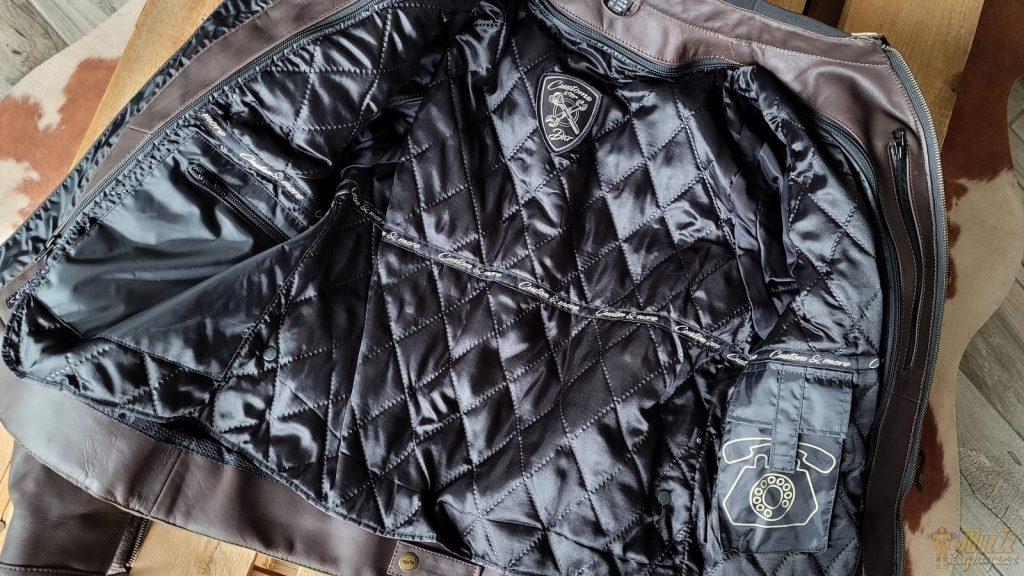 Toujours bien pensées, les doublures DXR intègrent de nombreuses poches qui sont dupliquées dans la veste.