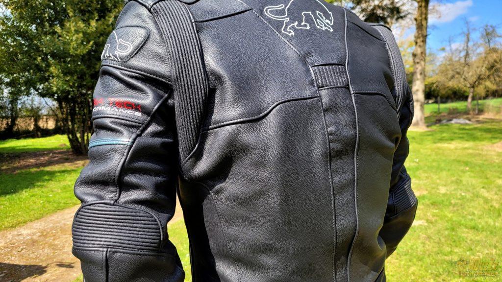 Épaules et coudes bénéficient de coques en D3O. Dorsale, protections pectorales et airbag sont en option.
