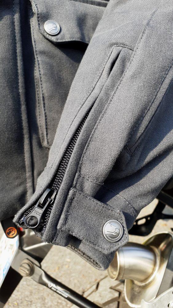 serrage des manches sur la veste Bering