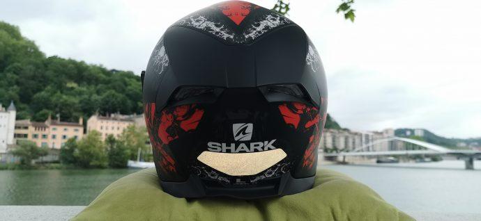 focus sur le spoiler arrière et LED du casque Shark