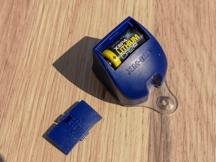 la pile est fournie et installée sur le boîtier électronique de cet antivol Xena