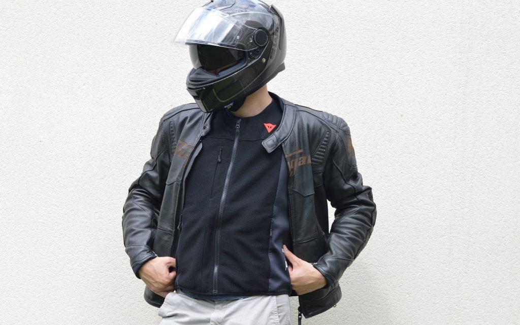 gilet airbag Smart Jacket de Dainese sous et sur un blouson