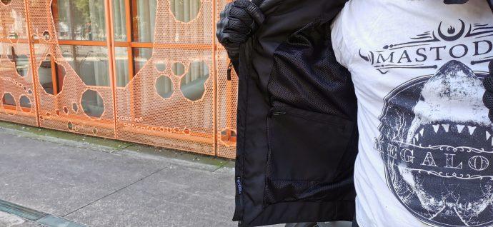 Une grande poche à l'intérieur côté droit du blouson DXR Swizzle Tex
