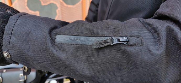poche ticket sur l'avant-bras gauche du blouson DXR Swizzle Tex