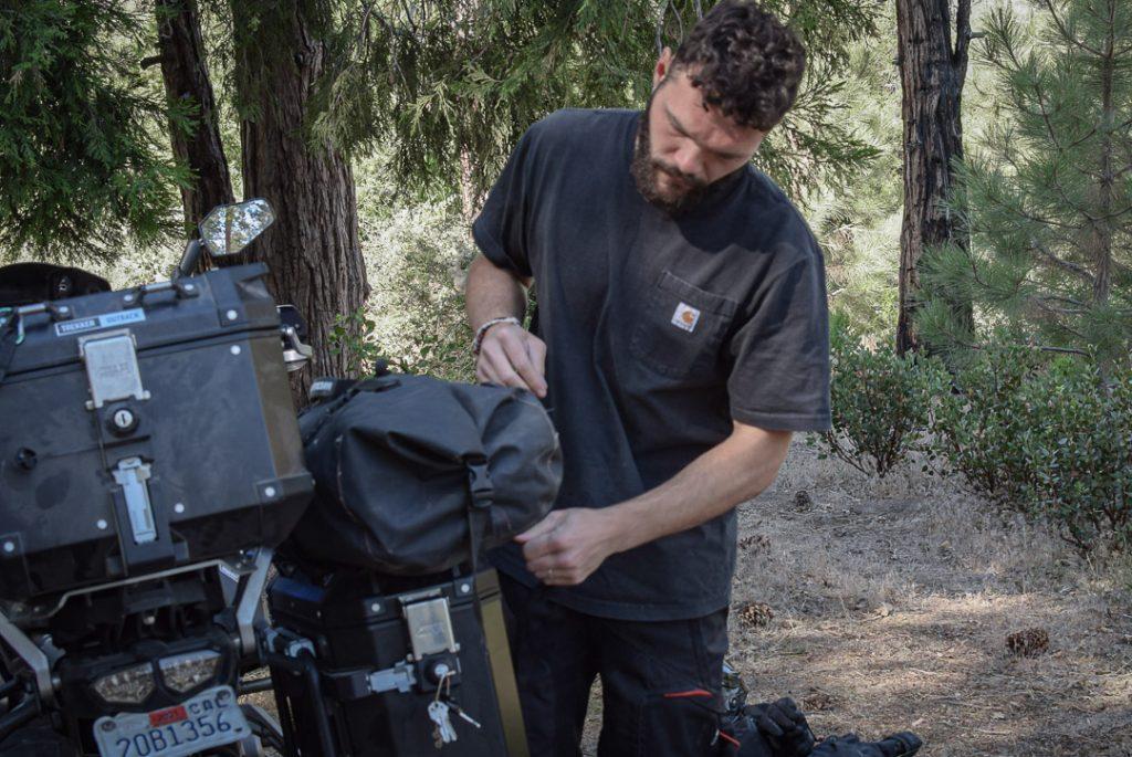 chargement des valises Givi Trekker Outback sur la super ten